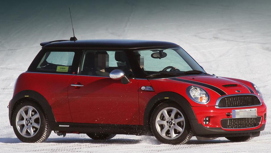 Mini cooper. Гибридный Mini уже попадался в объективы шпионеров. На стекле автомобиля красовалась жёлтая наклейка с надписью Hybrid.