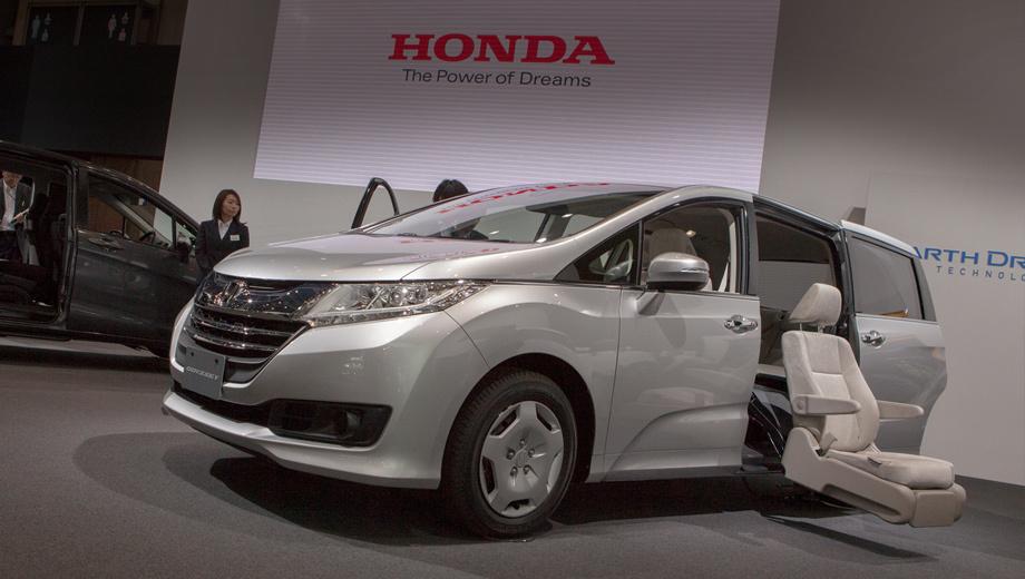 Honda odyssey. Новая модель закономерно превзошла предшественницу по простору внутри. Но компания особо подчёркивает другой факт: значительно повысилось удобство входа-выхода и погрузки вещей.