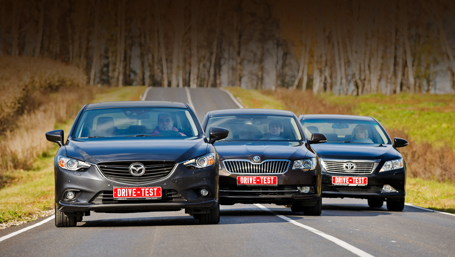 Mazda 6,Skoda superb,Toyota camry. Чтобы удержать цены дуэлянтов на одном уровне, нам пришлось поставить Шкоду Суперб в неловкое положение. В то время как под капотами обоих «японцев» трудятся почти двухсотсильные атмосферники объёмом 2.5 л, у «чешки» всего-то «один и восемь». И отдача у «турбочетвёрки» заметно ниже — 152 силы.