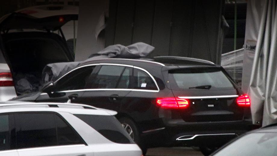 Mercedes c. Шпионерам удалось сделать несколько фотографий, но на всех «сарай» изображён с одного ракурса. Судя по этому снимку, немцам удалось сделать универсал симпатичным.