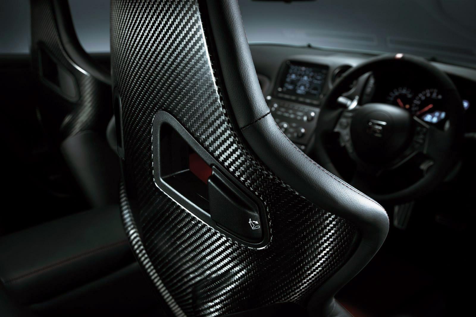 Мимолётно знакомимся с обновлённым купе Nissan GT-R