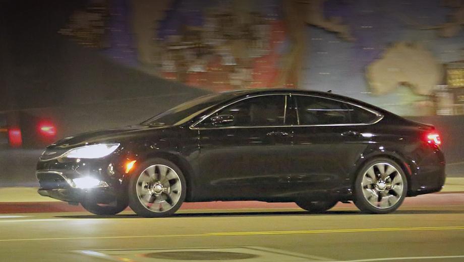 Chrysler 200. В основе нового седана лежит платформа Compact US Wide от моделей Dodge Dart и Jeep Cherokee (это модифицированная версия «тележки» от хэтча Alfa Romeo Giulietta).