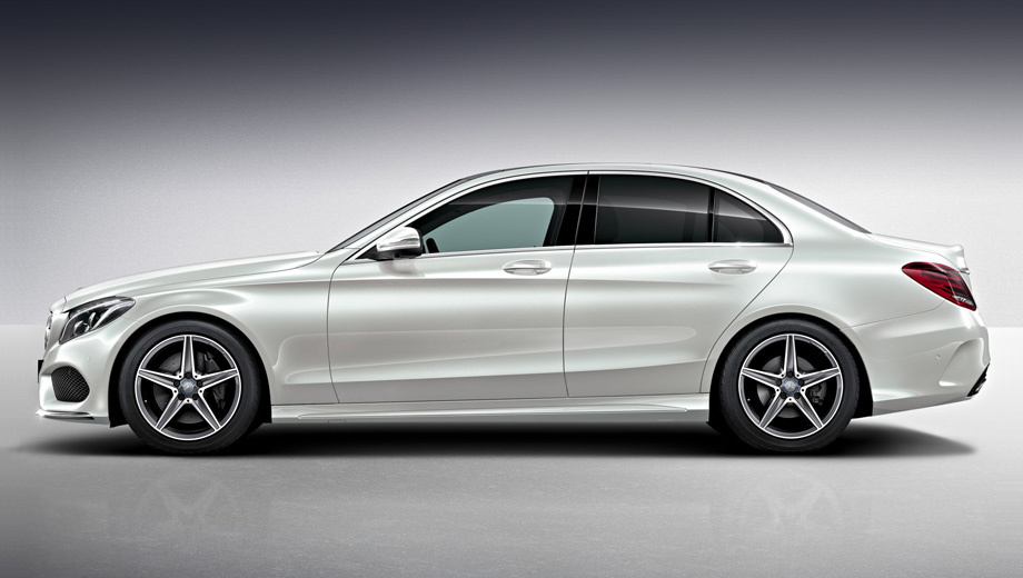 Mercedes c. Самые яркие отличия версии AMG Line от базовых машин: решётка радиатора с двумя планками иридиевого цвета, хромированными вставками и интегрированной звездой, передний бампер с крупными воздухозаборниками, забранными проволочной сеткой, и хромированным сплиттером.