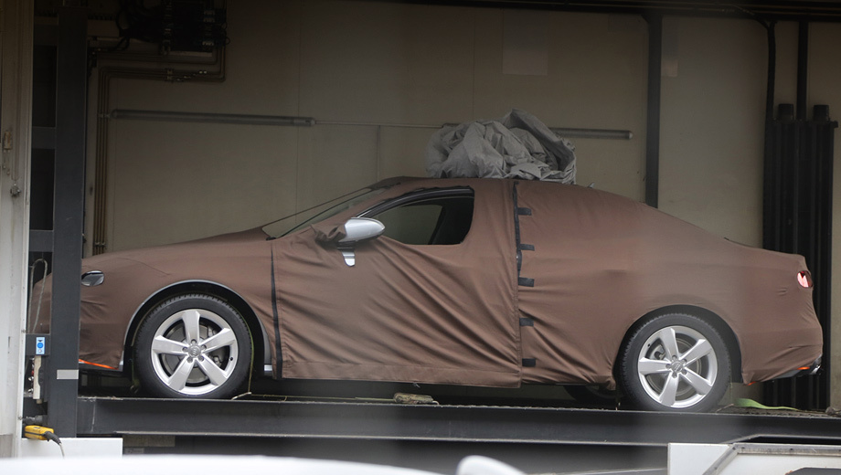 Audi a4. На днях появились первые снимки нового седана. Камуфляж скрывает почти всё, но польза от съёмки всё же есть. Фотографы утверждают, что данный образец очень близок по размерам к машине нынешнего поколения, а значит, существенного роста габаритов не будет.