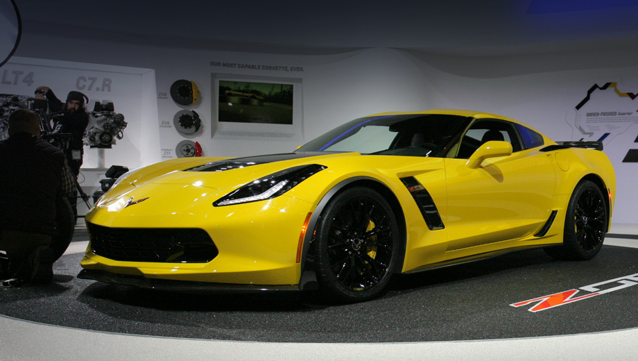 Chevrolet corvette,Chevrolet corvette z06. Аэродинамический обвес  с углепластиковыми сплиттером и порогами призван снижать подъёмные силы — при таких скоростях, на которые способен Z06, это особенно актуально.