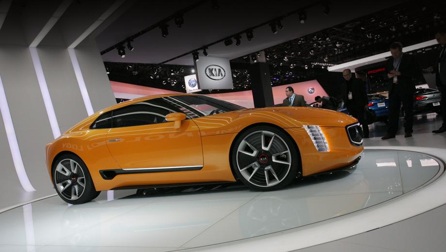 Kia gt4 stinger. Новинка получила светящееся обрамление решётки радиатора и светодиодную оптику, карбоновые аэродинамические элементы и 20-дюймовые колёсные диски, в которых, ради снижения веса, сочетаются алюминий и углеволоконный композит. Шины: Pirelli P-Zero 235/35R20 спереди и 275/35R20 сзади.