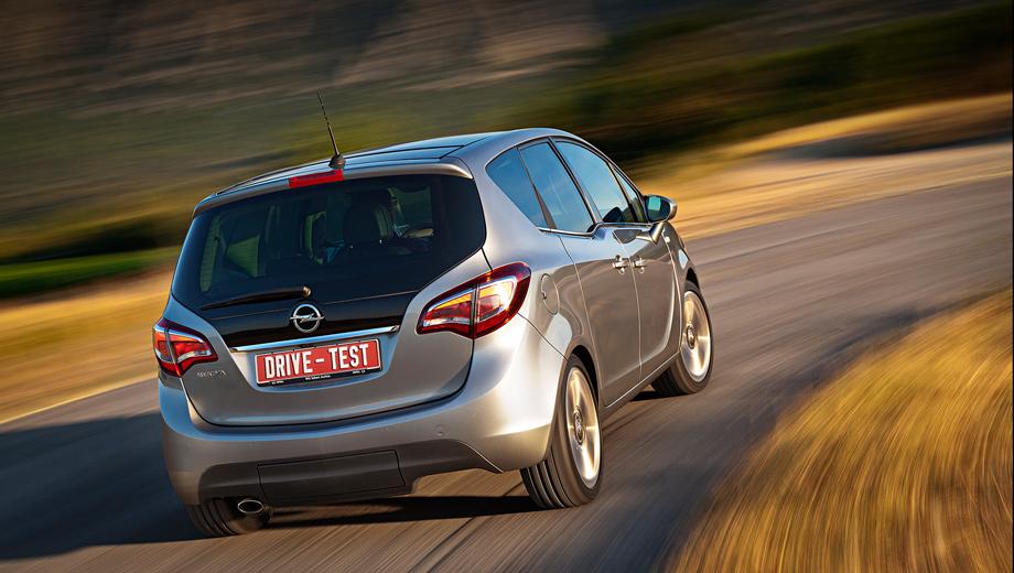 Opel meriva. Сзади после рестайлинга изменились только фонари — светодиодная техника с затемнённым контуром отныне вызывает ассоциацию с павлиньим пером.