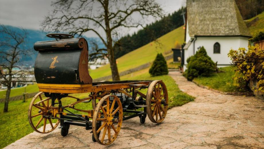 Porsche p1. Первый автомобиль, построенный Фердинандом Порше, был деревянным и электрическим. Таких машин было собрано всего четыре, но именно этот — самый-самый первый.