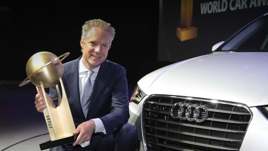 Audi a3. Автомобили марки Volkswagen за последние пять лет одерживали победу четырежды. На этот раз все лавры достались модели Audi. На фото — глава Североамериканского подразделения Audi Скотт Кеоф c наградой в руках.