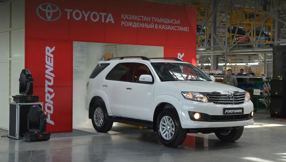 Toyota fortuner. Кроссовер Toyota Fortuner — это пикап Toyota Hilux в другом кузове. Модель 2005 года выпуска всё ещё пребывает в первом поколении, пережив вместе с Хайлаксом два фейслифтинга в 2008-м и 2011-м. Автомобиль продаётся в 115 странах, в некоторых он известен и под именем Toyota SW4.