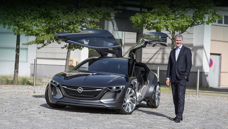 Opel gt,Opel monza. Концепт Opel Monza — вершина эволюции опелевского дизайна на сегодняшний день. Лет через десять похожим образом будут выглядеть серийные модели, но ждать, что у них появятся двери типа «крылья чайки», не стоит. Шеф-дизайнер Опеля Марк Адамс (на фото) говорит, что Monza — лишь пример видения будущего, а не застывшая идея.