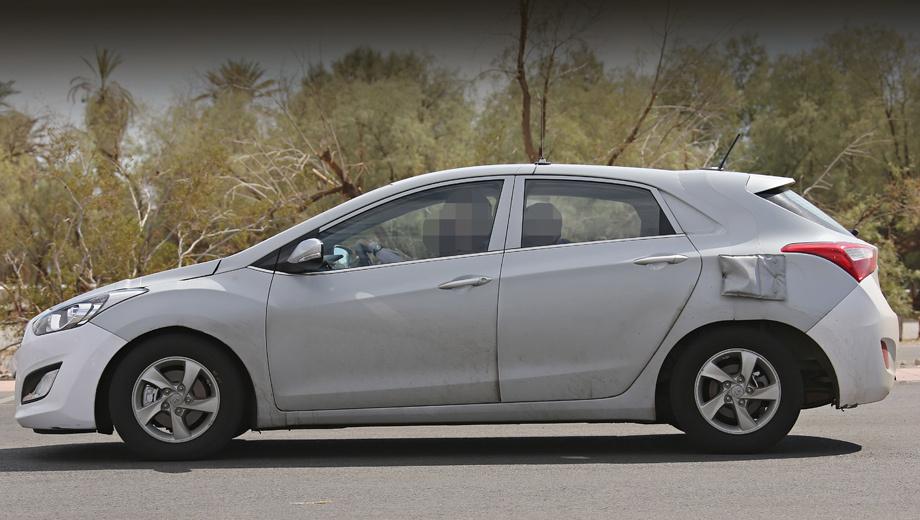 Hyundai genesis coupe. Испытания проходили в пустынной местности на юге США. Очевидно, одной из задач была проверка начинки «мулов» в жарком климате.