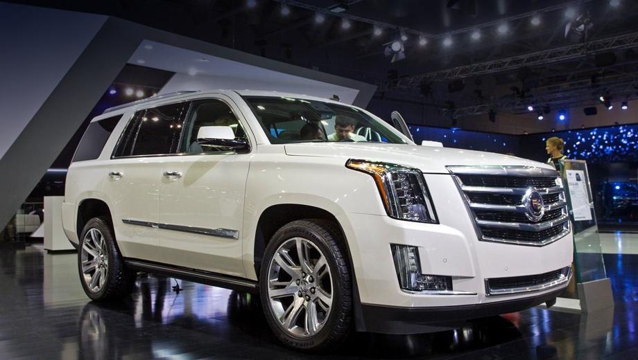 Cadillac escalade. Представленный на фотографии Cadillac Escalade со стандартной колёсной базой напичкан оснащением под завязку, а его цена достигает 3 980 000 рублей. И это всё равно лучшее предложение в классе по соотношению размера, оснащения и цены.
