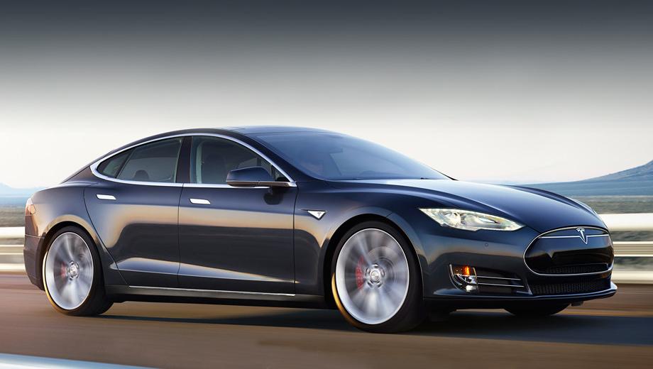 Tesla model s. Визуально старшая полноприводная версия «эски» практически идентична своей заднеприводной сестре — отличается лишь шильдик на пятой двери, да добавлены красные тормозные суппорты (в других случаях являющиеся опцией).