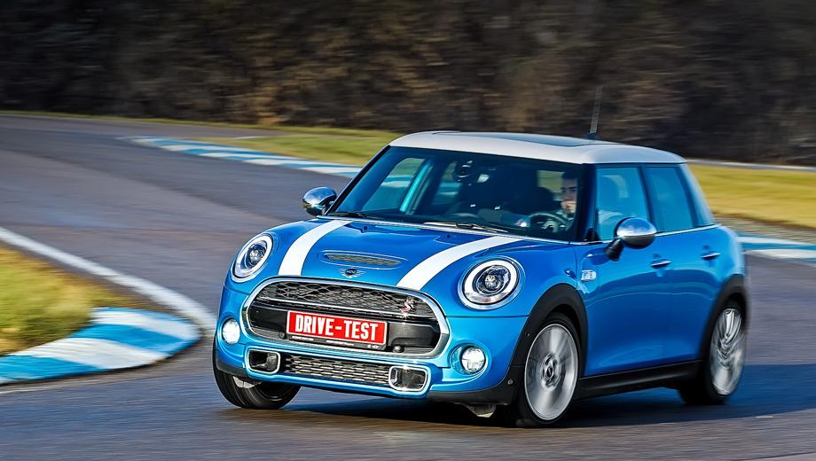 Mini cooper. Базовый пятидверный Mini с турбомотором 1.5 стоит 969 000 рублей, а Cooper S — уже 1 199 000. Трёхдверные версии дешевле на 40 тысяч и пока почти вдвое популярнее. Но ожидается, что доли продаж трёх- и пятидверных Mini выравняются.