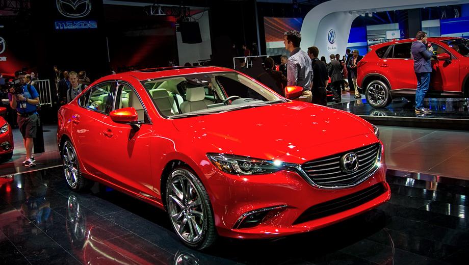 Mazda 6. В фальшрадиаторной решётке теперь более заметные «рёбра». Окантовочные «крылья» этой решётки, повторяя понизу фирменную галочку логотипа, волшебно подсвечиваются в темноте. Новые адаптивные фары на светодиодах, по словам японцев, — глаза, глядящие прямо перед собой. Суженный разрез этих глаз вместе с переделанным врезом противотуманок сделали «шестёрку» агрессивнее.