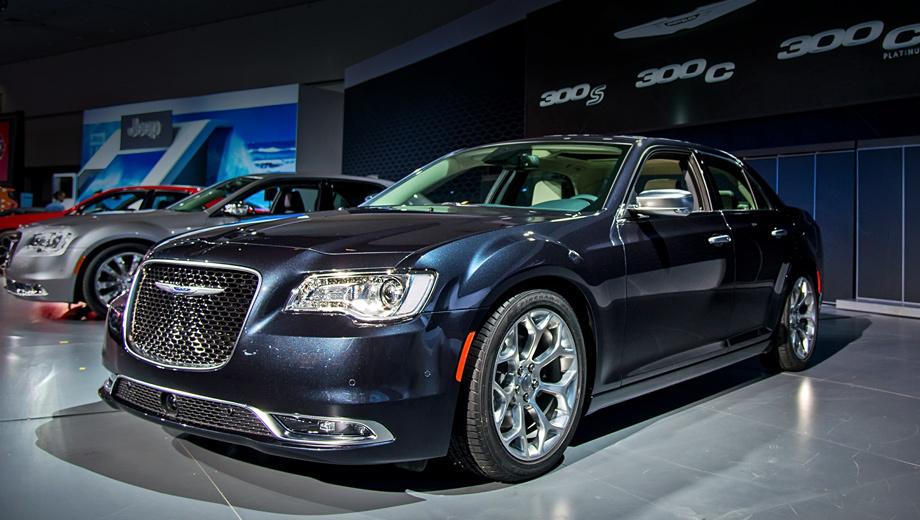 Chrysler 300c,Chrysler 300. Новая решётка радиатора стала заметно крупнее, на неё переехала эмблема. Изменены бампер и противотуманки (они подражают светотехнике младшего брата — седана Chrysler 200). Из фар пропали оранжевые секции.