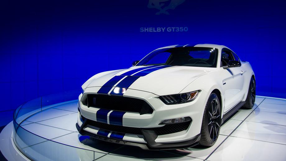 Ford shelby gt350 mustang,Ford mustang. Новинка даром что напоминает обычный Mustang. Вся носовая часть, начиная от передней стойки, — оригинальная. Линия алюминиевого капота снижена по сравнению с исходником примерно на пять сантиметров. Передние алюминиевые крылья — тоже свои. Они шире стандартных, так как и колея тут расширена. Весь нос оптимизирован ради снижения сопротивления воздуху, повышения прижимной силы и улучшения охлаждения мотора и тормозов.