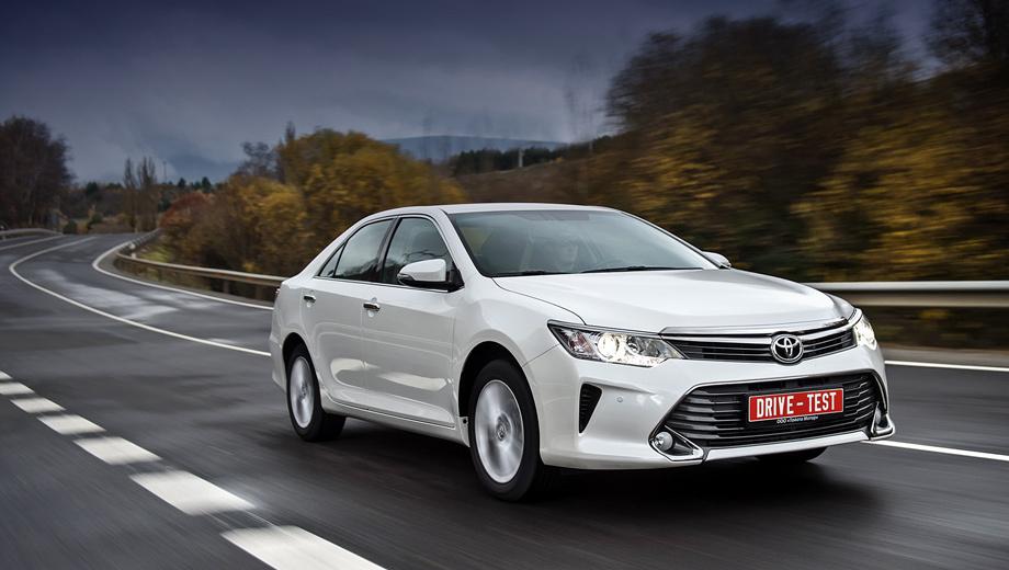 Toyota camry. Никакие обновления не в силах поменять характер Camry. Toyota по-прежнему покладиста и незаметна, словно прислуга в дорогом отеле. И это полностью устраивает владельцев.