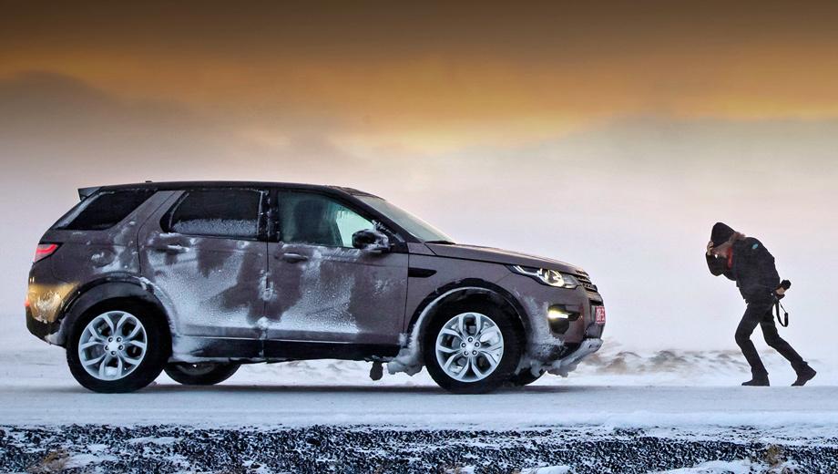 Land rover discovery sport. «Если вам не нравится погода, подождите пять минут, и станет ещё хуже». Исландская поговорка словно стрела, пущенная в яблочко. В начале пути колонну Discovery Sport преследовал лёгкий ветерок, который в мгновенье ока перерос в снежную бурю. У нас на этот счёт тоже есть поговорка: не бывает плохой погоды, бывают плохие шины. Наши машины обуты в шипованные Pirelli — никаких проблем с проходимостью.