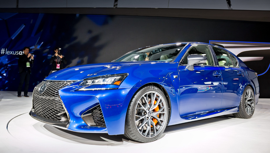 Lexus gs,Lexus gs f. Передняя часть модели GS F сильно отличается от донорской: новый здесь не только бампер, но и решётка радиатора с головной светодиодной оптикой.