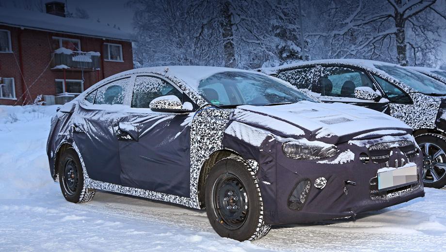Hyundai elantra. При беглом взгляде кажется, что Элантра не особенно изменилась. Но на самом деле кузов нарисован с нуля, а крупные решётка и фары должны вызывать ассоциации с седанами Genesis и Sonata.