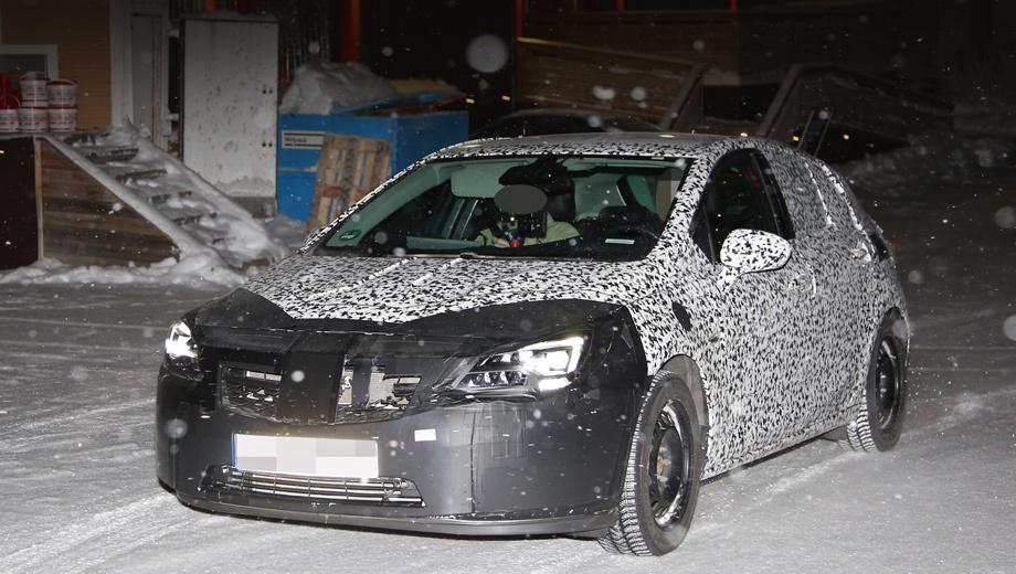 Opel astra. Мы уже видели немало снимков следующей Астры, но впервые фотошпионам удалось поймать образец с новой передней и задней оптикой.