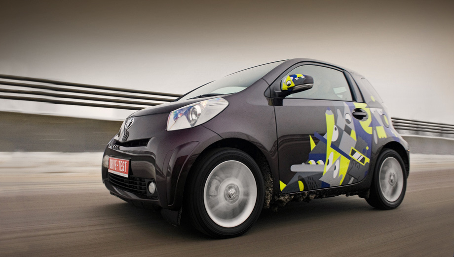Toyota iq. Такой автомобильчик, похожий на собачью голову, — спасение в томящейся от тесноты Европе. В России iQ — имиджевая безделушка.
