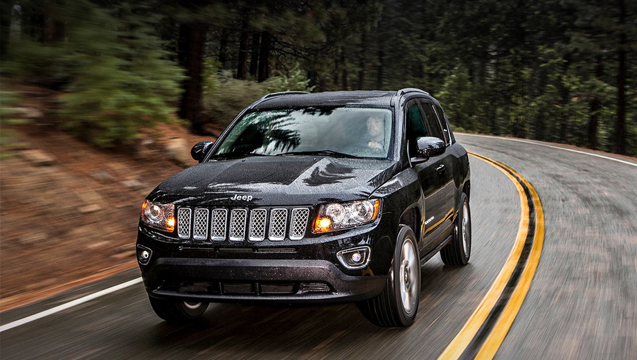 Jeep compass,Jeep liberty,Jeep patriot. Как будет выглядеть новый Jeep, который займёт нишу Компаса (на фото) и Патриота между моделями Renegade и Cherokee, зависит от позиционирования. Сделают его брутальным внедорожником или же комфортным переднеприводным кроссовером?