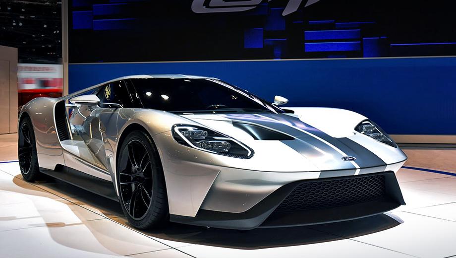 Ford gt. Силовой каркас нового купе Ford GT и его внешние панели выполнены из углепластика. Из-за него цена на новинку будет выше, чем на модель предыдущего поколения. Но постепенно, со временем, такой материал должен стать доступнее. Кстати, показанный здесь серебристый экземпляр красуется на автошоу в Чикаго.