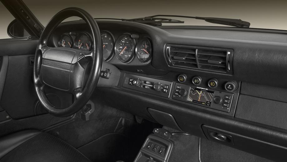 Porsche 911. Неожиданная идея: автомобиль эпохи, когда водители не знали, что такое автоматическое торможение или слежение за разметкой, оборудовать встроенной спутниковой навигацией, аккуратно вписанной в исходный интерьер.