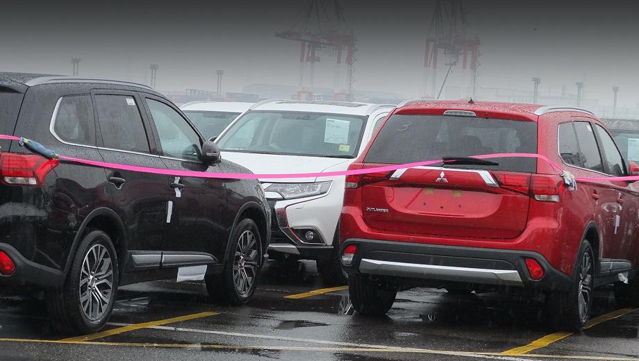 Mitsubishi outlander. Снимков передней части машины вблизи сделать не удалось, но по тому, что попало в кадр, видно: нос почти как у шоу-кара Outlander PHEV Concept-S.