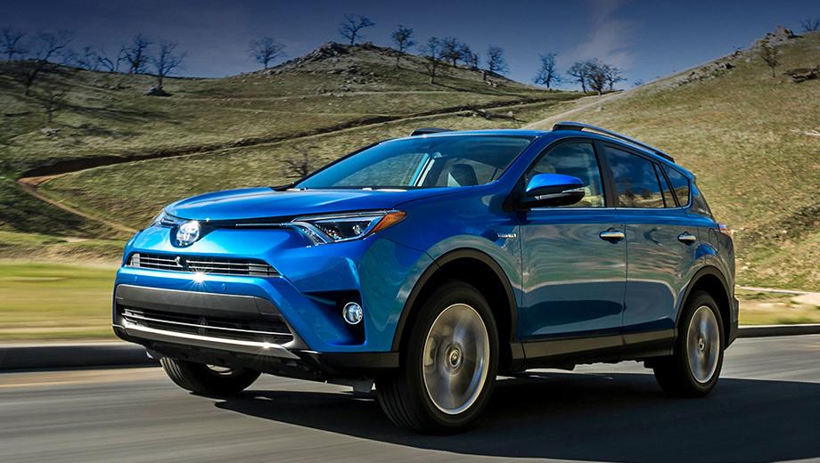 Toyota rav4. Головная оптика поменялась — фары стали уже, что придало кроссоверу агрессивности (на фото гибридная модификация).