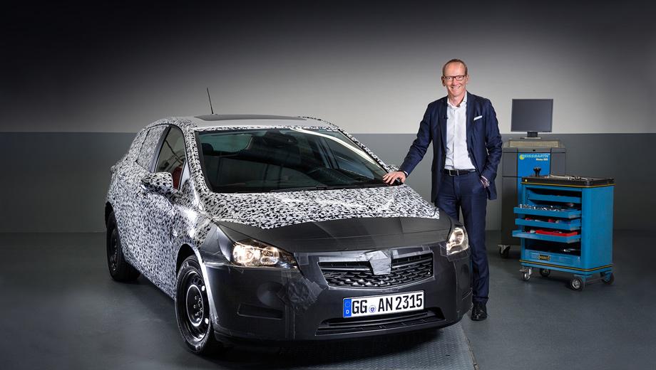Opel astra. Компания опубликовала первый официальный снимок прототипа Астры. Автомобиль стал на 49 мм короче и на 26 мм ниже, при этом в салоне теперь больше пространства как спереди, так и сзади. А вот багажник пятидверного хэтчбека по объёму сопоставим с нынешним (сейчас в нём 370 л).