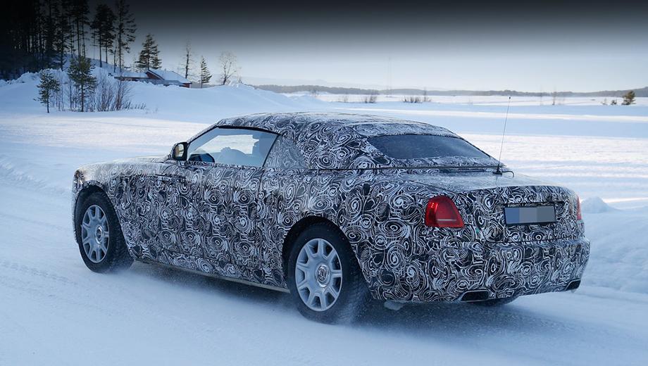 Rollsroyce wraith,Rollsroyce dawn. Ещё зимой фотографам удалось подловить прототипы кабриолета Dawn на тестах. На снимках мало что можно рассмотреть: автомобиль запечатлён с поднятым верхом и укутан в камуфляжную плёнку.