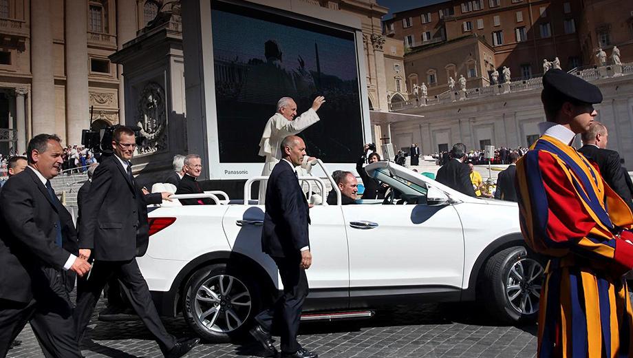 Hyundai santa fe. Во время публичных выездов на Santa Fe традиционно красуется номер SCV (Statto della Citta del Vaticano — «город и государство Ватикан») и цифра — порядковый номер машины в церковном автопарке.