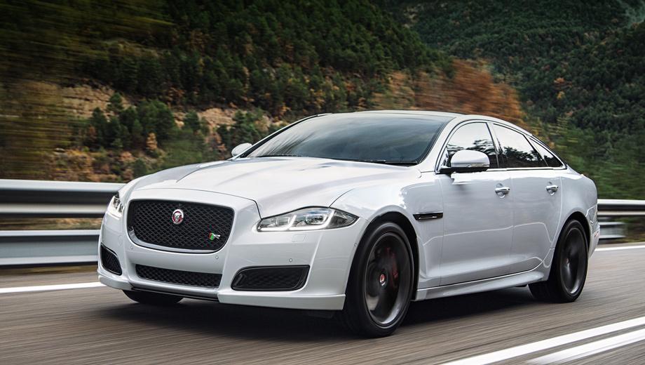 Jaguar xj. Внешность флагмана изменилась незначительно. «Икс-джею» подкорректировали решётку, бамперы, поставили светодиодные фары и задние фонари. Ходовые огни образуют букву J. В топовой комплектации воздухозаборники подчёркнуты хромом.
