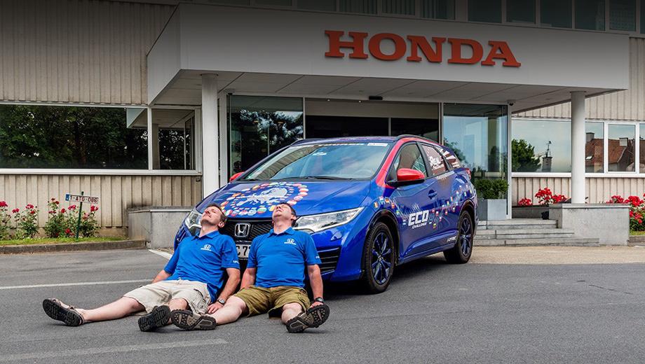 Honda civic,Audi a6. Вели автомобиль сотрудники европейского исследовательского центра Хонды Фергал Макграт и Джулиан Уоррен.