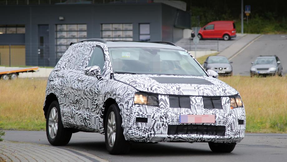 Volkswagen tiguan. Автомобиль получит новую оптику со светодиодными дневными огнями (в старших версиях мы бы не исключали и диодные фары). По примеру Пассата и А4, у паркетника появились зеркала на ножках, закреплённых на самой двери, а не в уголке стекла.