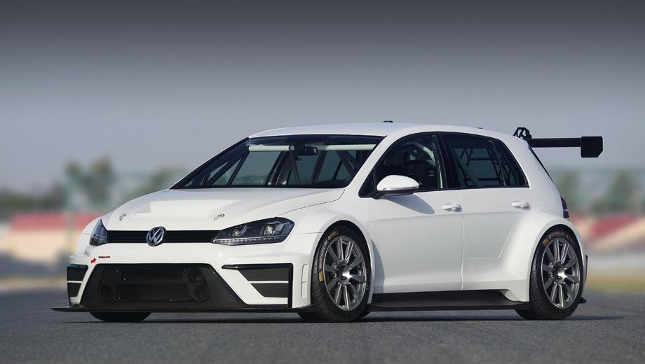Volkswagen golf. Кольцевой Golf получил сплиттер и большое антикрыло из углепластика, а также 18-дюймовые гоночные колёсные диски.