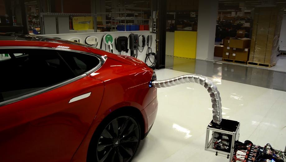 Tesla model s. Робот привлекает внимание редко используемой схемой со множеством сочленённых сегментов вместо нескольких жёстких «труб» с «суставами».