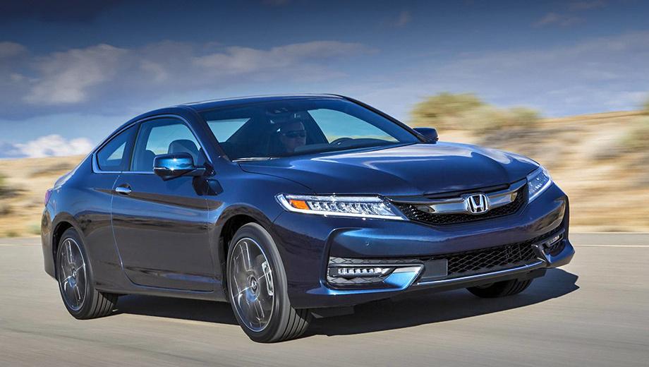 Honda accord,Honda accord coupe. Японцы постарались сделать внешность двухдверки спортивнее и агрессивнее облика седана, поэтому решётка и бампера немного отличаются: ячеек в них больше, и они крупнее.