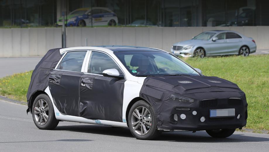 Hyundai i30,Hyundai equus. Фотографы отметили, что при смене поколения модель немного подрастёт в длину. Контуры решётки радиатора напоминают обновлённый недавно седан i40.
