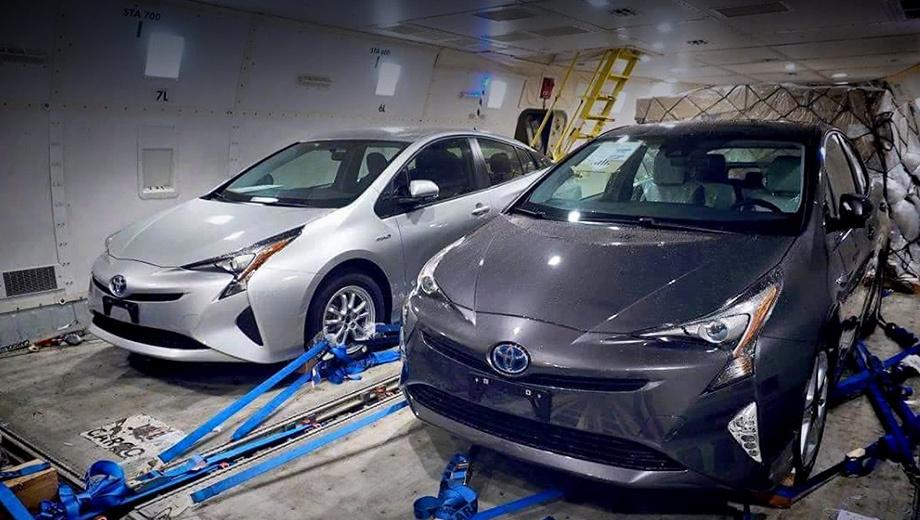 Toyota prius. По слухам, новое поколение заметно похудеет. Точные цифры пока неизвестны, однако инсайдеры утверждают — даже несмотря на то, что автомобиль станет крупнее, его масса будет ниже, чем у Приуса нынешней генерации.