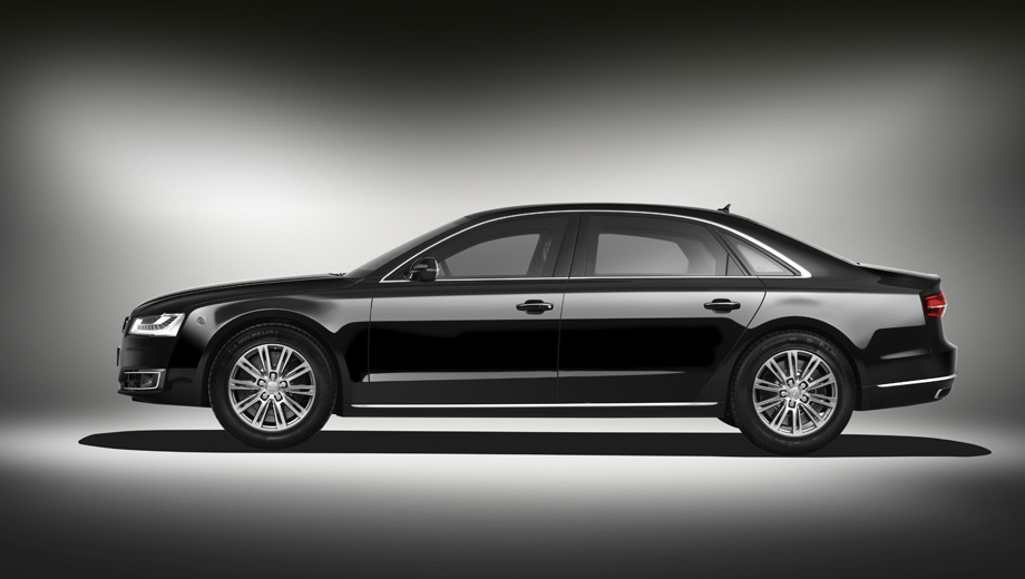 Audi a8. Внешне машина осталась той же, что и до апгрейда (с рестайлинговой внешностью «броневик» А8 собирают с 2014 года).