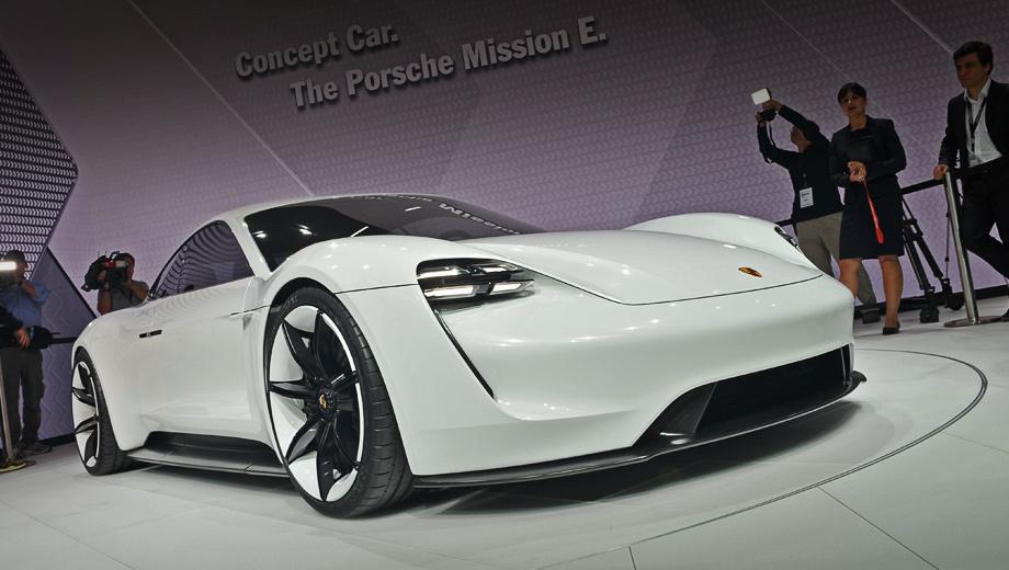 Porsche mission e,Porsche concept. Высота шоу-кара — всего 130 см, как у купе 911. Матричные светодиодные фары, вписанные в воздухозаборники, развивают тему «квартетов огней», уже прозвучавшую в серийных машинах марки.