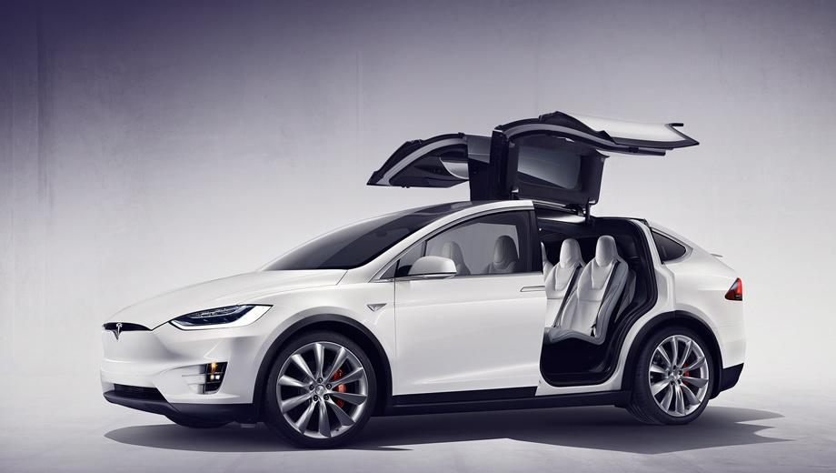 Tesla model x. Поднимающиеся двери Falcon Wing компания считает лучшим решением, чем сдвижные. Их можно открыть при расстоянии всего в 31 см до соседней машины. Так образуется большой проём, к которому можно подойти и спереди и сзади.