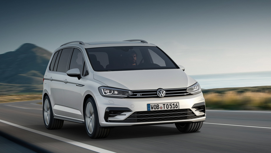 Volkswagen touran. Производитель поделился пока лишь одним изображением нового автомобиля с пакетом R-Line.