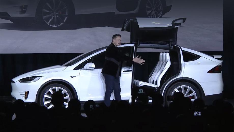 Tesla model x,Tesla model y. На презентации кроссовера Model X глава Теслы много говорил о задних дверях. Они якобы обеспечивают удобную посадку на второй и третий ряды при минимальном расстоянии до соседнего автомобиля на парковке (меньшем, чем нужно со сдвижными створками).