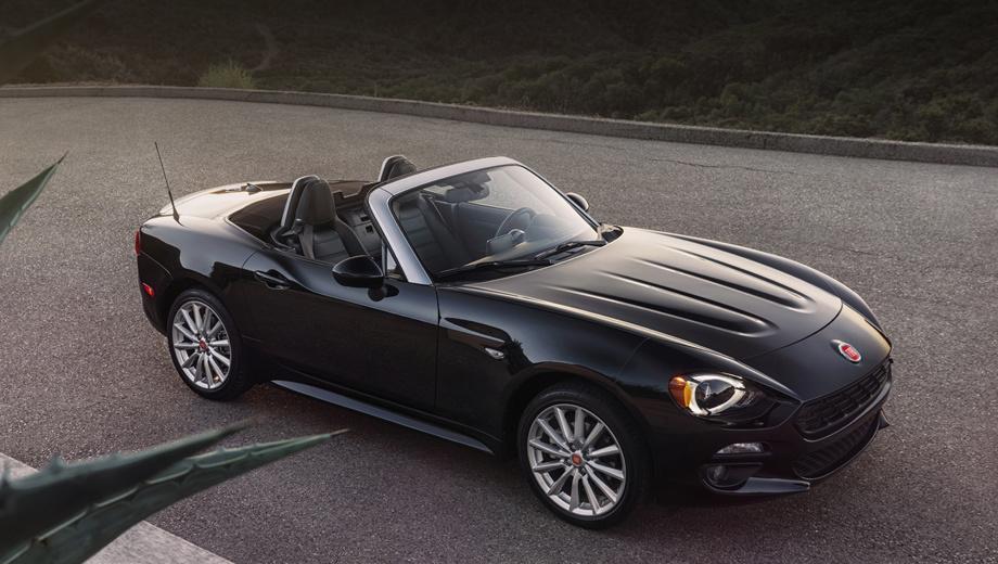 Fiat 124 spider. Округлые фары, окольцованные светодиодными дневными ходовыми огнями, и рельефный капот придают внешности автомобиля лёгкий налёт ретро.
